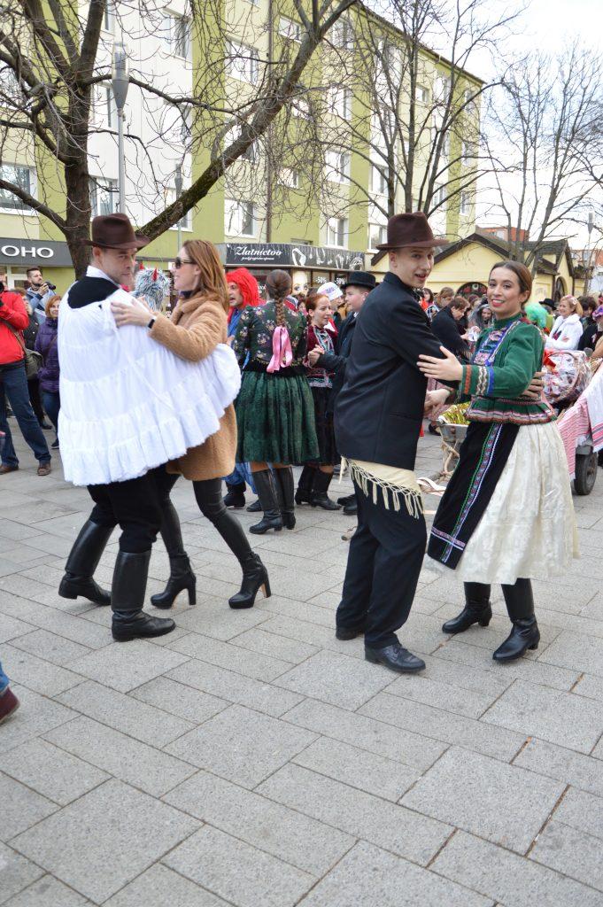 folkloristi vytancovali šaľu