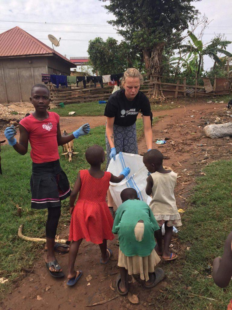 deti pomáhajú dobrovolníkom v ugande