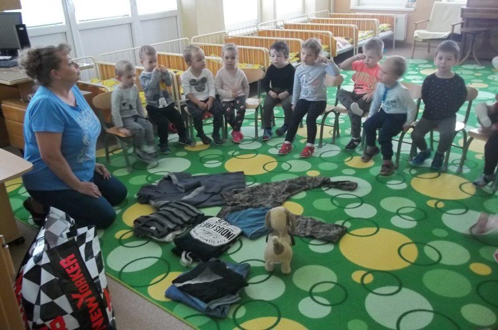 Deti zbierali oblečenie pre ľudí v núdzi